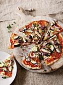 Gemüsepizza mit Ölsardinen und Zucchini