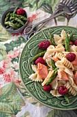 Nudelsalat mit Lachs, Spargel, Himbeeren und Zitronenvinaigrette
