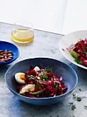 Rote Bete-Salat mit hartgekochtem Ei, Avocado und Rauchmandeln