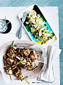 Schweinefleischspiesse mit Nashibirnen-Salat