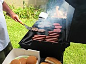 Hamburger und Hot Dogs grillen