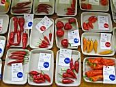 Verschiedene Chilischoten (verpackt) auf einem Markt
