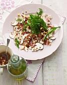 Champignon-Carpaccio mit Lavendelblütenessig-Dressing und frittierten Wildkräutern