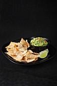 Tortillachips mit Guacamole