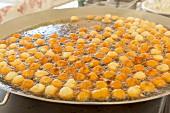 Beignets aux pommes (Apfelküchlein) im Frittierfett auf korsischem Wochenmarkt