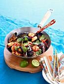 Garnelen und Muscheln mit Chili und Koriander thailändische Art aus dem Wok