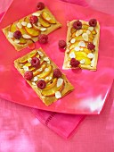 Blätterteiggebäck mit Pfirsichen & Himbeeren