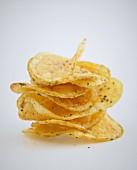 Ein Stapel Chips vor weißem Hintergrund
