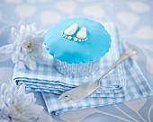 Cupcake mit Abdruck von Babyfüssen