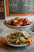 Meeresfrüchteplatten mit Hummer, Austern und Shrimps im Restaurant