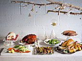 Weihnachtsbuffet mit Fisch, Fleisch, Geflügel und Desserts