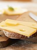 Brotscheibe belegt mit Käse