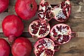 Granatäpfel, ganz & aufgeschnitten (Aufsicht)