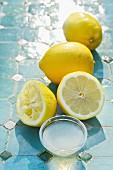 Zitronen und Zitronensaft