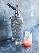 Rhabarber-Erdbeer-Himbeer Limonade mit Siphonflasche