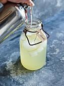 Zitronensirup siphonieren