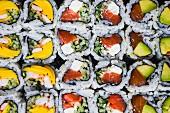 Sushi-Vielfalt (bildfüllend)