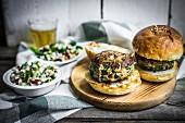 Gesunde hausgemachte Burger mit Gemüsesalat und Bier
