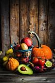 Früchte und Gemüse auf Holzuntergrund