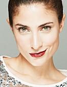 Brünette Frau in Paillettenshirt, Lippen dunkelrot geschminkt, schaut herausfordernd (Close Up)