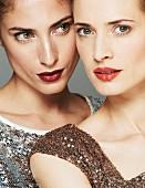 Zwei dezent geschminkte Frauen mit roten Lippen (Close Up)