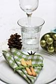 Weihnachtsgedeck mit Stoffserviette und gebackenem Besteck