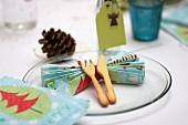 Weihnachtsgedeck mit gefalteter Serviette, Platzkärtchen und gebackenem Besteck