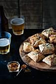 Schweinefleisch-Apfel-Pastetchen mit Chutney und Bier