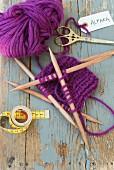 Strickarbeit aus violetter Alpaka Wolle mit Nadelspiel aus Holz