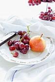 Trauben und Birne auf Teller