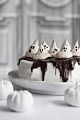 Torte mit Baiser-Geistern zu Halloween