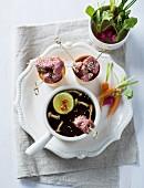 Rindfleischfondue mit Möhren, Radieschen und Pilzen (Asien)