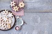 Mürbteig-Schneeflocken mit Zuckerglasur und Silberperlen