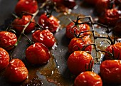 Oven-roasted cherry tomatoes (close-up)