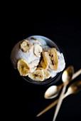 Veganes Bananeneis mit Bananenchips