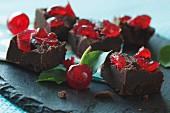 Schokoladen-Fudge mit Belegkirschen