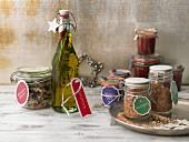 Selbstgemachte Weihnachtsgeschenke: Gewürzsalz, Feigensenf, Kräuteröl und Provence-Risotto