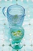 Wasser mit Minze in blauer Glaskaraffe & Trinkglas