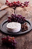 Brie with grapes and caramelised nuts