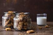 Cookies in Gläsern mit einem Glas Milch