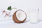 Kokosmilch und aufgebrochene Kokosnuss
