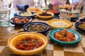Verschiedene arabische Gerichte im Restaurant