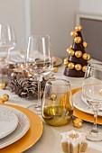 Gedeckter Weihnachtstisch mit goldenen Details