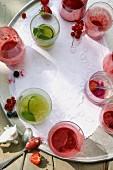Sommergetränke in Gläsern auf Tablett, teilweise ausgetrunken