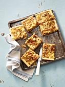 Zwiebelkuchen auf Ofenblech (Aufsicht)