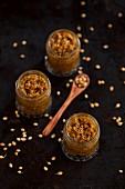 Madras-Currypaste in drei Gläsern mit Koriandersamen