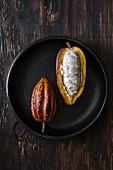 Ganze und aufgeschnittene Kakaofrucht (Draufsicht)