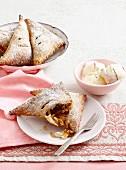 Apfeltaschen mit Mandeln & Rosinen