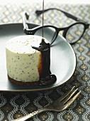 Weisses Schokoladenmousse mit Brownie und Lakritze