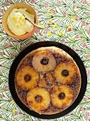 Gestürzter Ananaskuchen mit Joghurt als Beilage